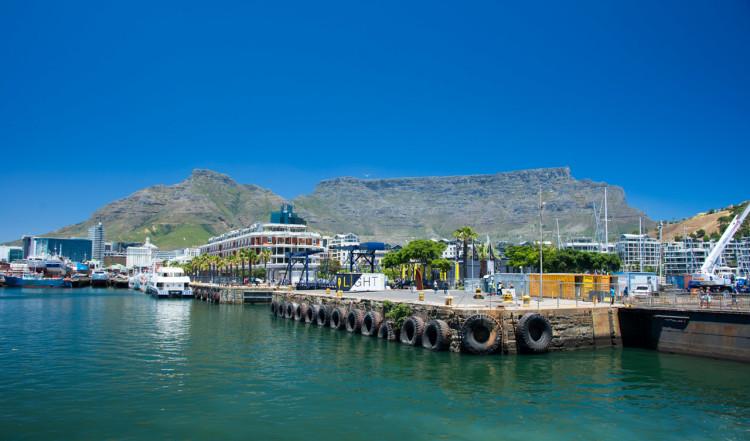 Vackra vyer över hamnen i Kapstaden