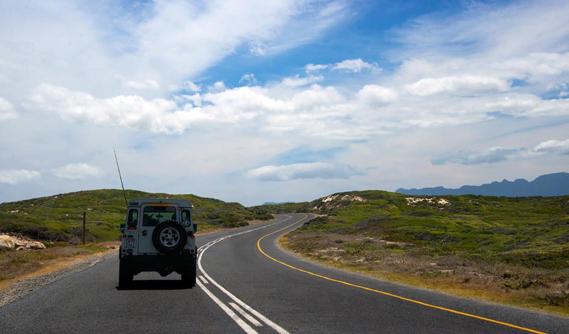 Det är enkelt och smidigt att köra i Sydafrika - här längst kustvägen och False Bay i Sydafrika