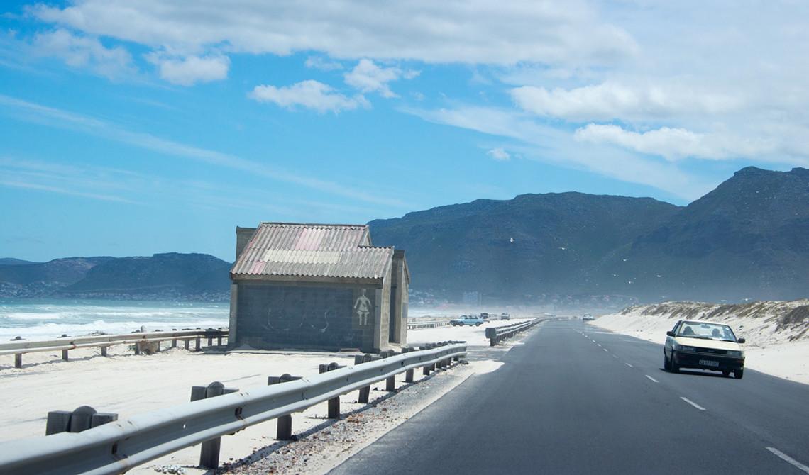 Det är vackra och skiftande omgivningar längst kustvägen och False Bay i Sydafrika