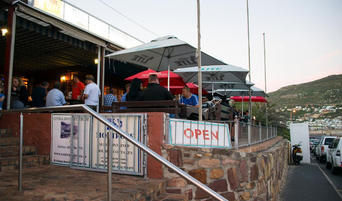 Ingång och uteserveringen till Dixies Restaurant & Bar