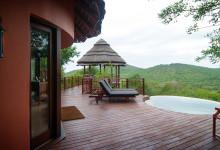 Vårt fantastiska rum, Thanda Safari Lodge, med utomhus pool och fantastisk utsikt