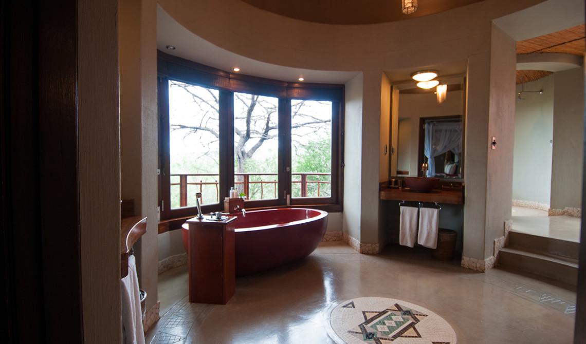 Badrumsdelen är stor och rymlig med fantasiska vyer utöver omgivningarna