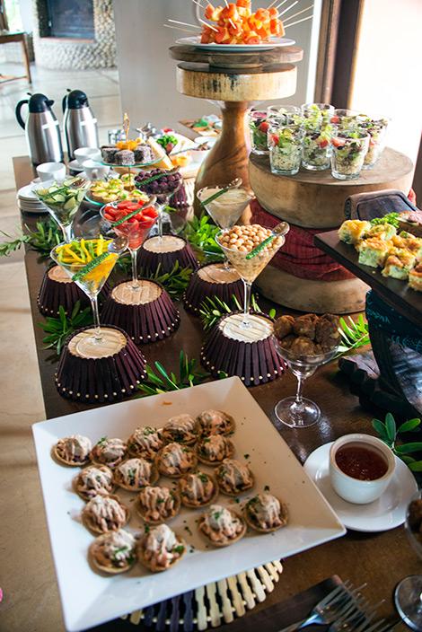 Afternoon tea serveras i huvudbyggnaden till Thanda Private Game Reserve