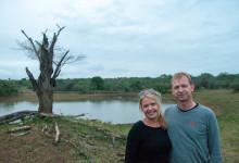 Anki & Lars under vår paus, inte utan att man håller ögonen öppna så inga djur närmar sig vår plats - Thanda Private Game Reserve