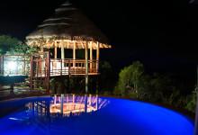Underbar vy nattetid från solstolarna på terassen till vår lodge på Thanda Safari Lodge