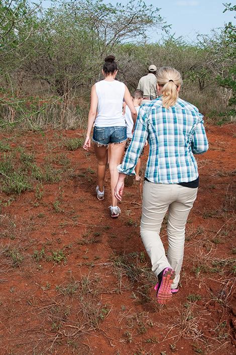 Vi går av bilen och smyger tysta för att komma något närmre djuren i buskagen. Thanda Private Game Reserve
