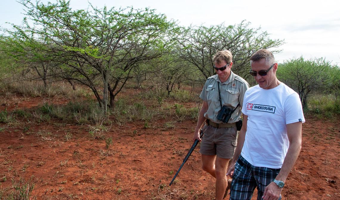 Vår chaufför tar med geväret när vi går av bilen. Thanda Private Game Reserve