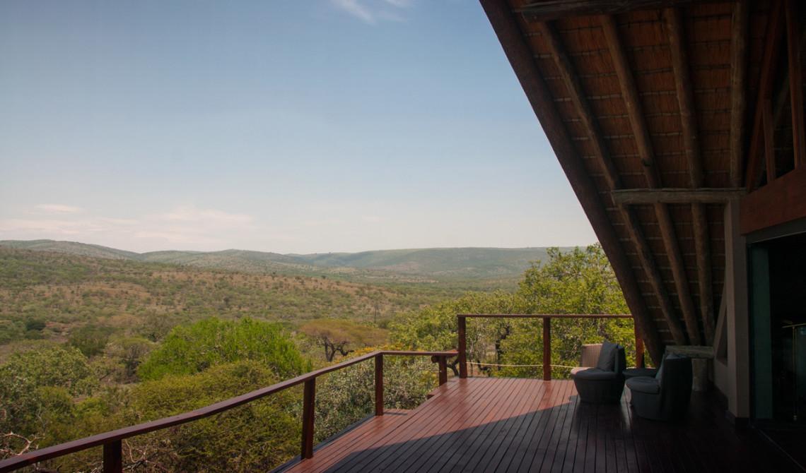 Utsikt från terassen på övervåningen till huvudbyggnaden, Mavela Game Lodge