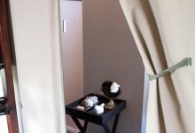 Askiljare till badrummet i tältet, Mavela Game Lodge