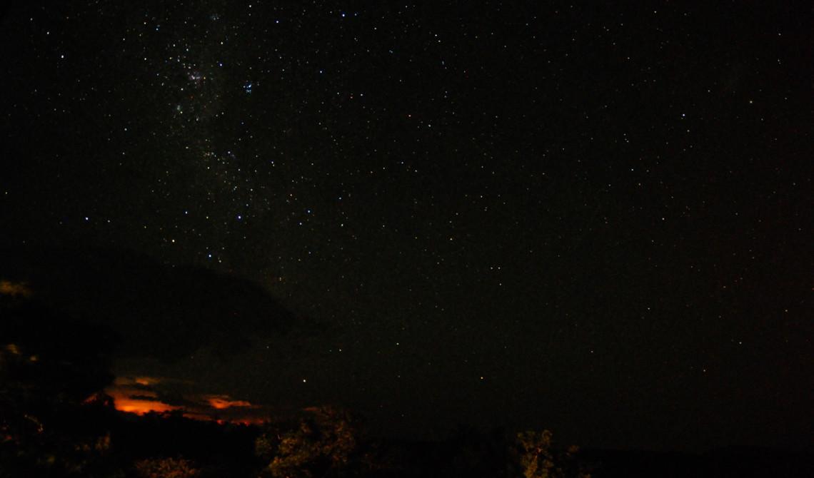 Stjärnklar natt över Mavela Game Lodge