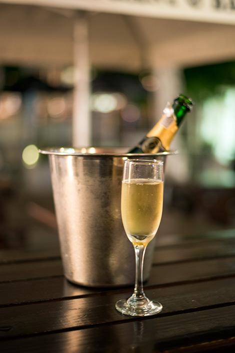 Vi firar vår ankomst till Franschhoek genom att ta in en flaska skumpa på Elephant and Barrel