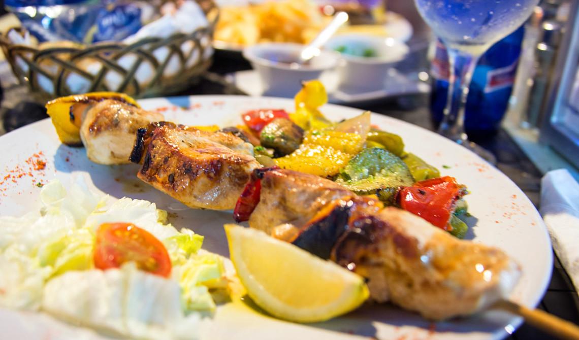 Grillspett med kyckling på La Casita restaurang i Sabinillas