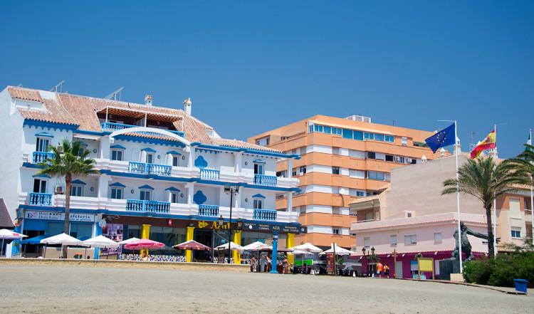 Vy upp över strandpromenaden i Sabinillas