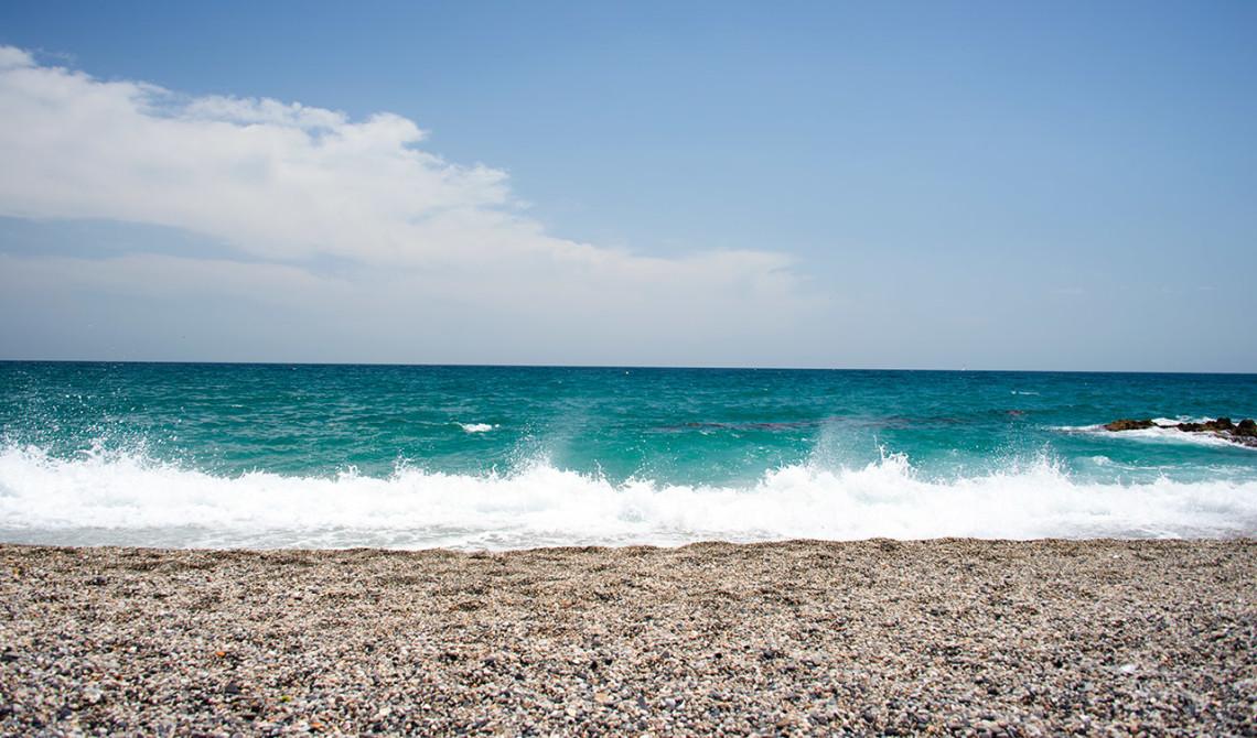 Vågorna slår in mot stranden, Punta Chullera