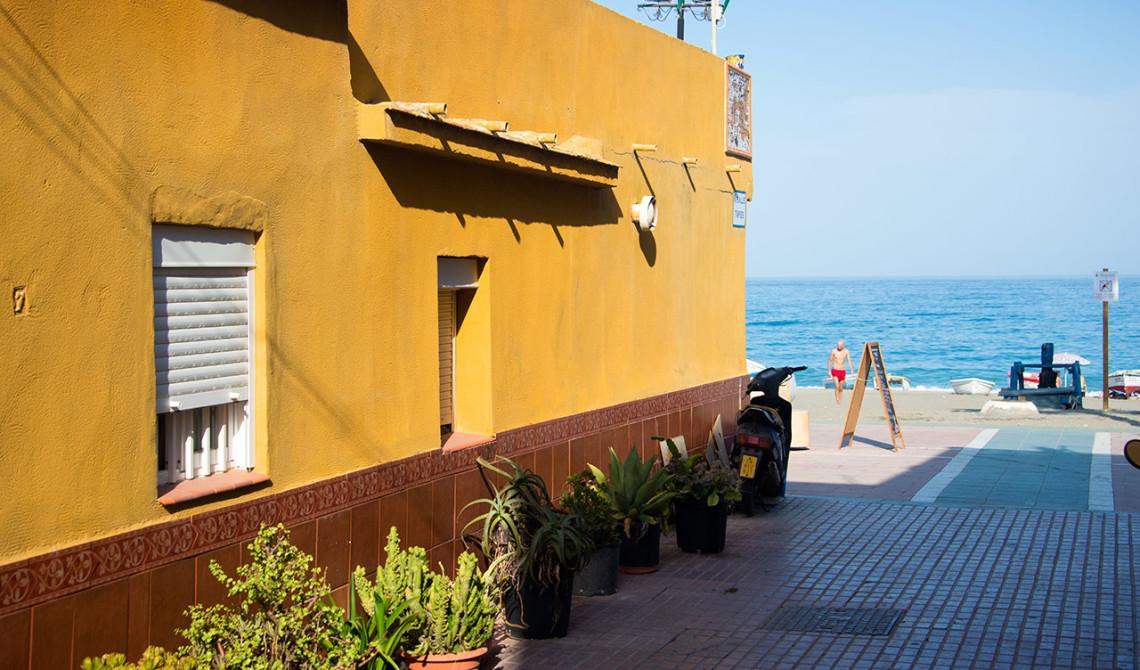 Gata som leder ut till strandpromenaden i Sabinillas