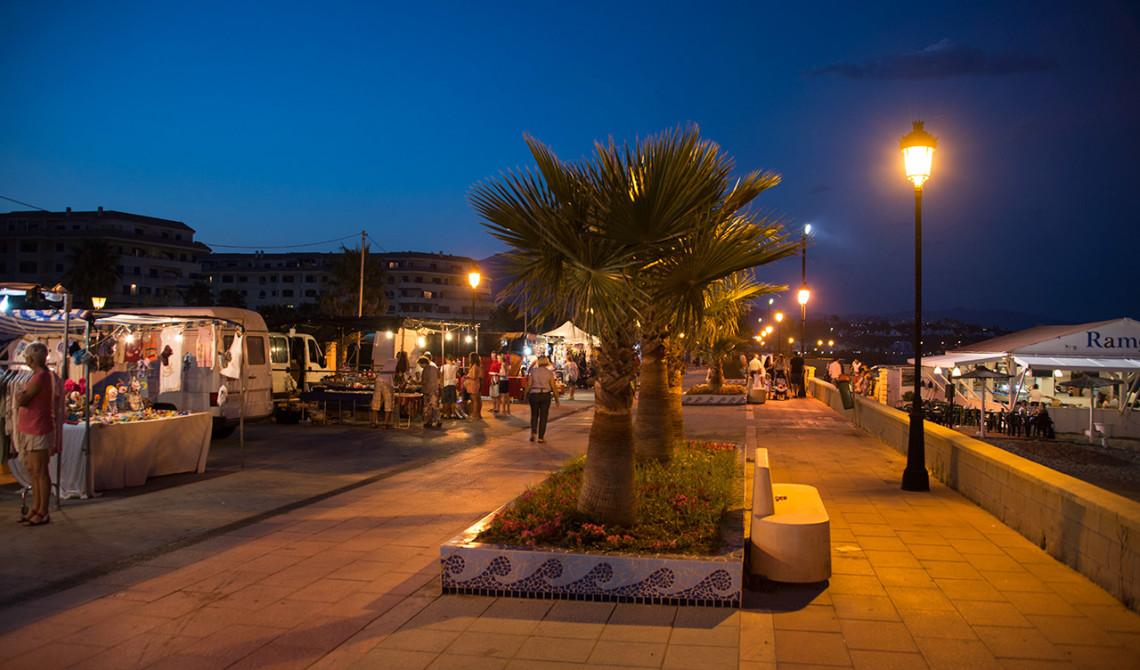 Marknad längst med Sabinillas strandpromenad finns under helgerna under sommaren