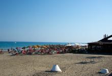 Kvällsvy över Chiringuito Paco och stranden i Estepona