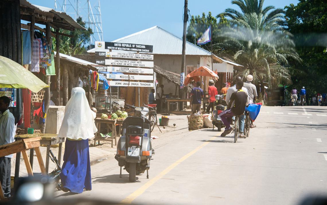 Vi passerar några samhällen på väg väg till norra Pemba