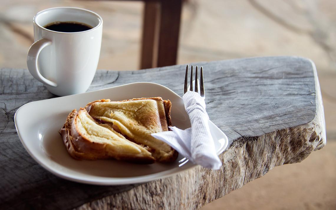 Stället fixar varma mackor till oss när de hör vi inte hunnit äta frukost innan