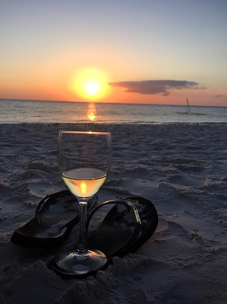Ett glas vitt på stranden vid solnedgången, Manta Resort - Pemba, Tanzania