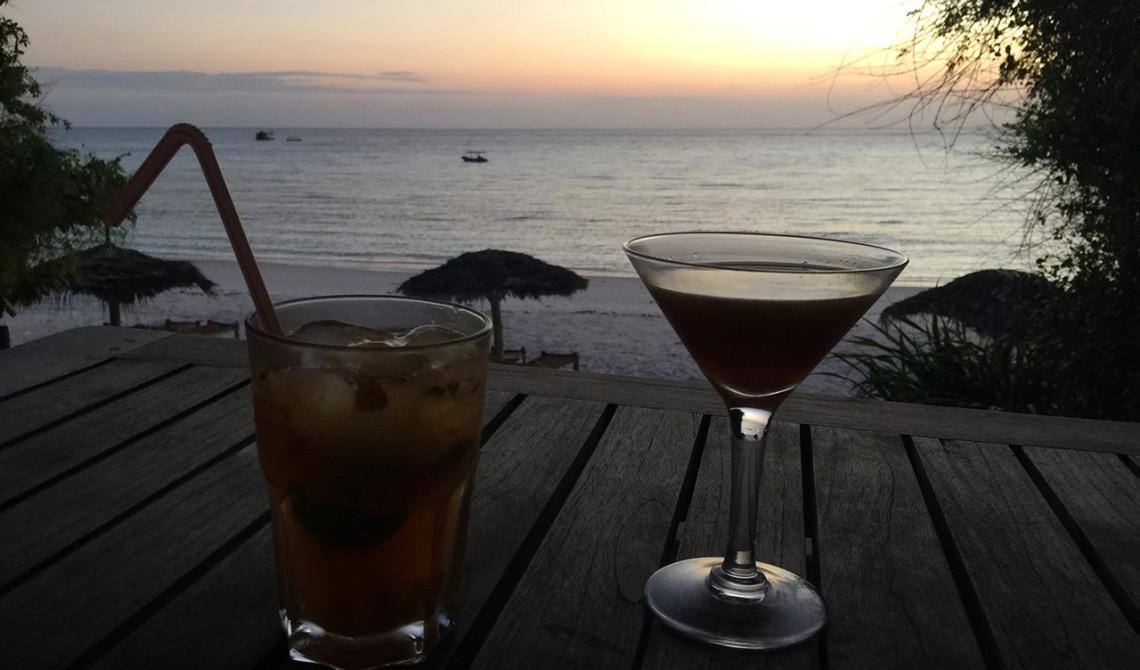 Drinkar i strandbaren på Manta Resort - Pemba, Tanzania