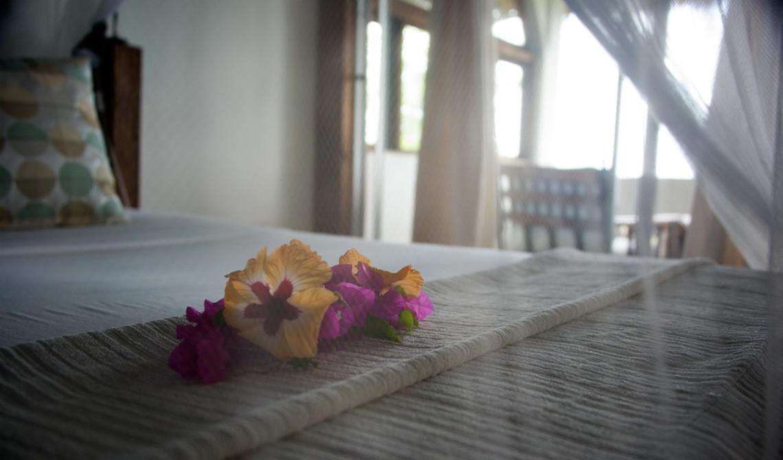Vackra blomsterdekorationer på sängen, Manta Resort, Pemba Island, Tanzania