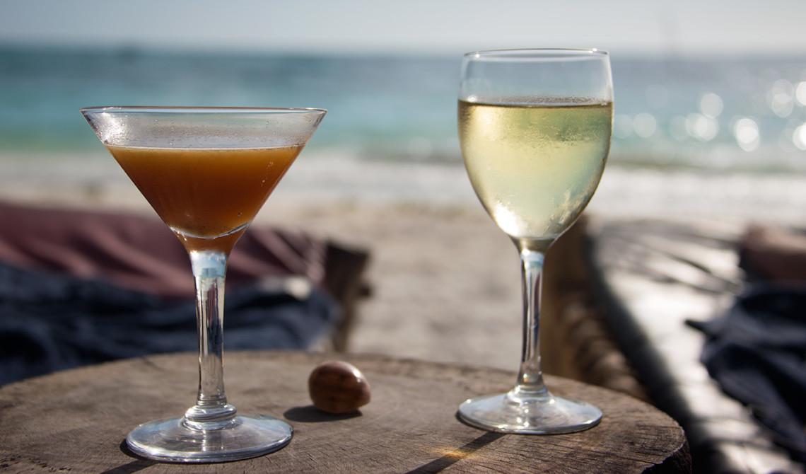 Eftermiddagsdrinkar på strandenbaren på Manta Resort, Pemba Island, Tanzania