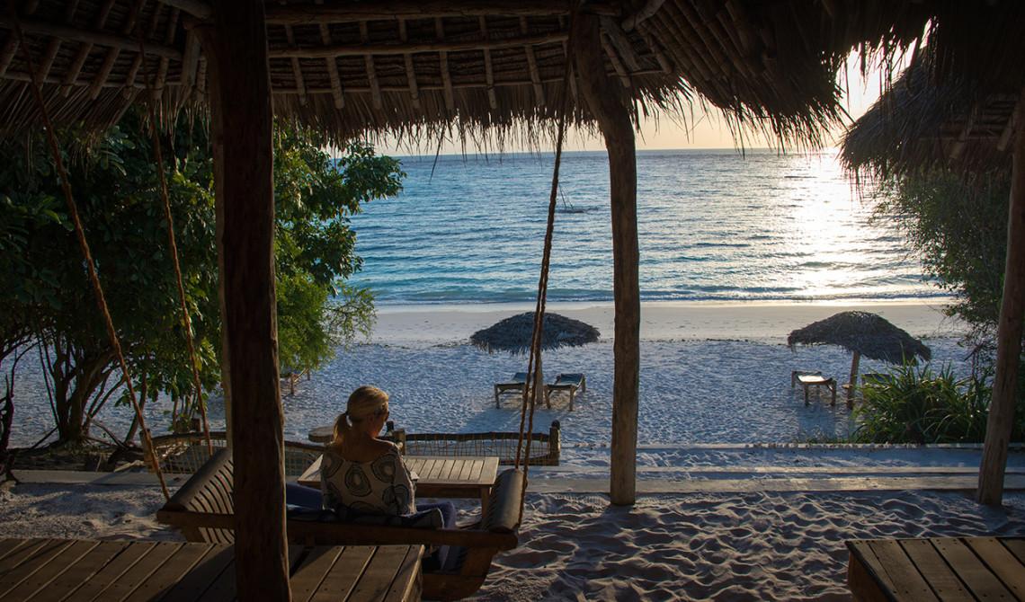 Anki njuter av utsikten och kvällsvyn från strandbaren på Manta Resort