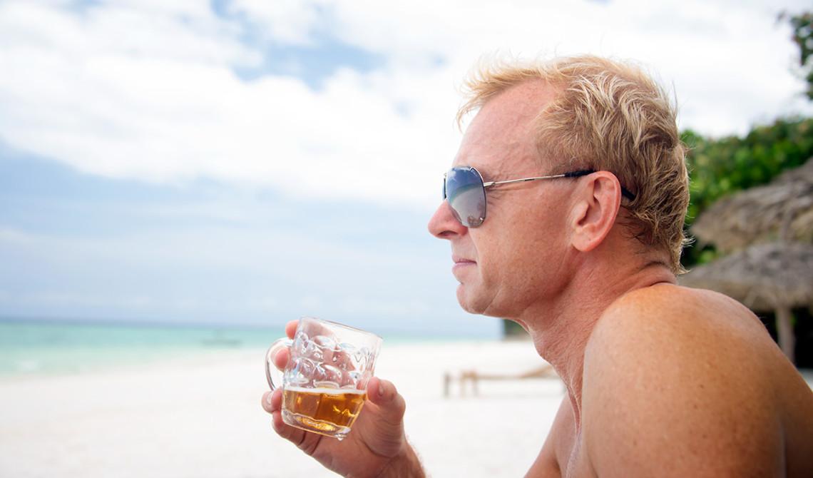 Lars njuter av en öl på stranden