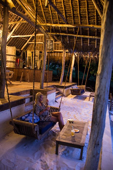 En drink vid solnedgången på strandbaren till Manta Resort