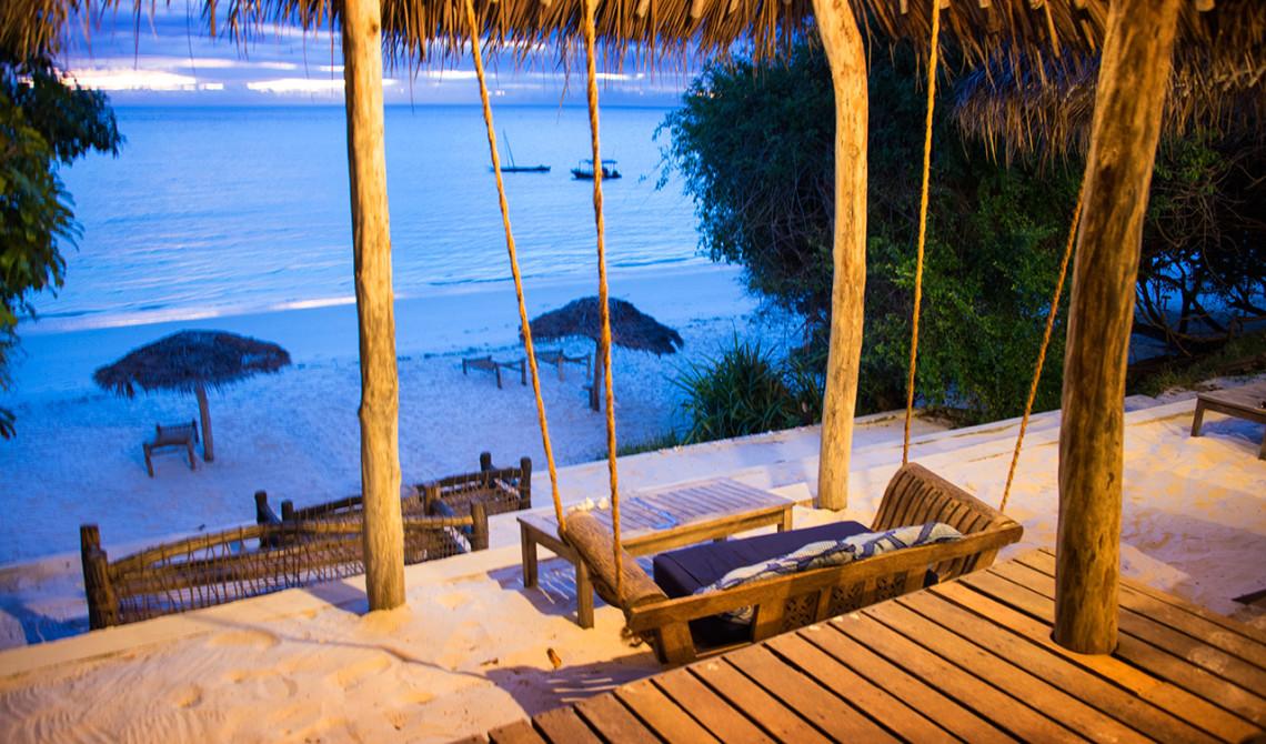 Strandbaren till Manta Resort är den perfekta platsen att njuta av en vacker solnedgång