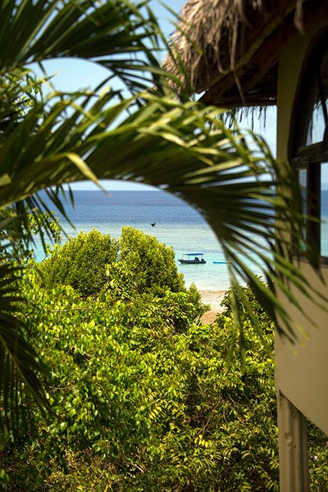 Vy från ingången till vår villa, Manta Resort