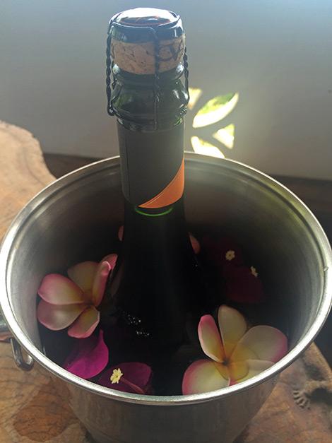 Champagne på balkongen och en grattishälsning från våra vänner i Sverige