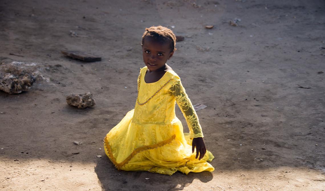 En söt liten flicka i byn