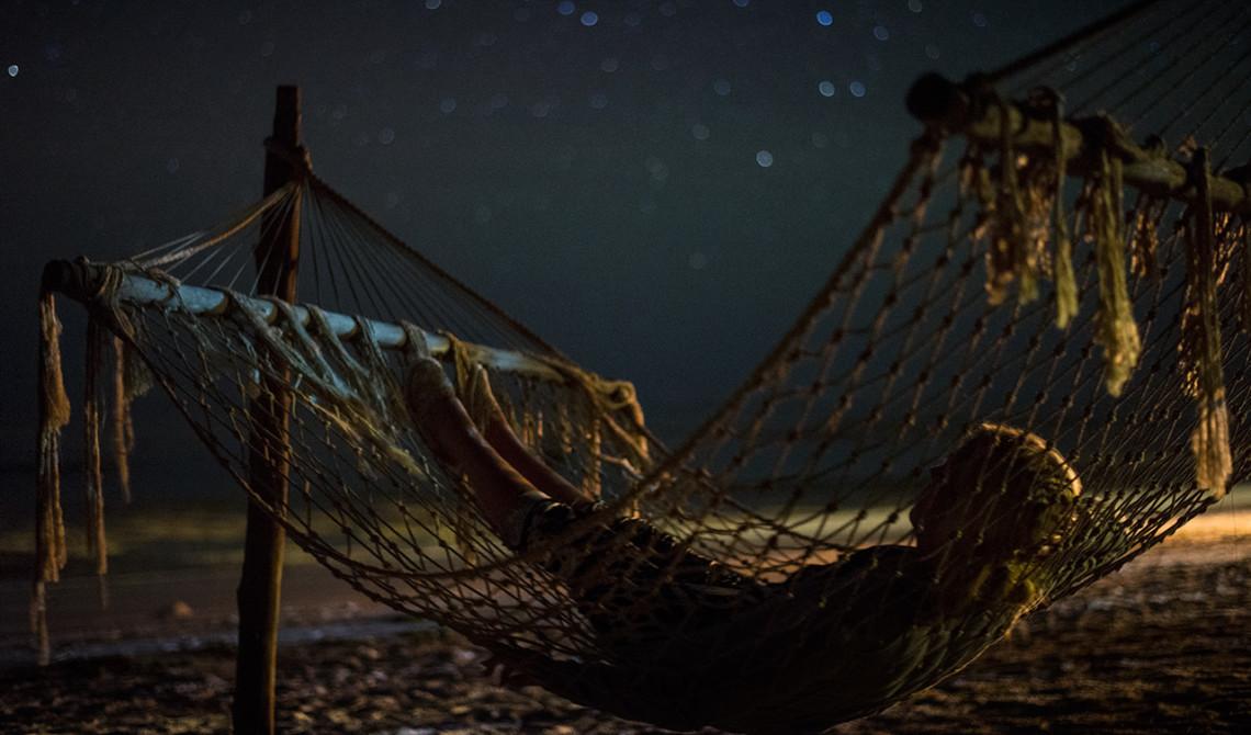 Hängmattan på stranden är perfekt plats att njuta av den stjärnklara himmeln