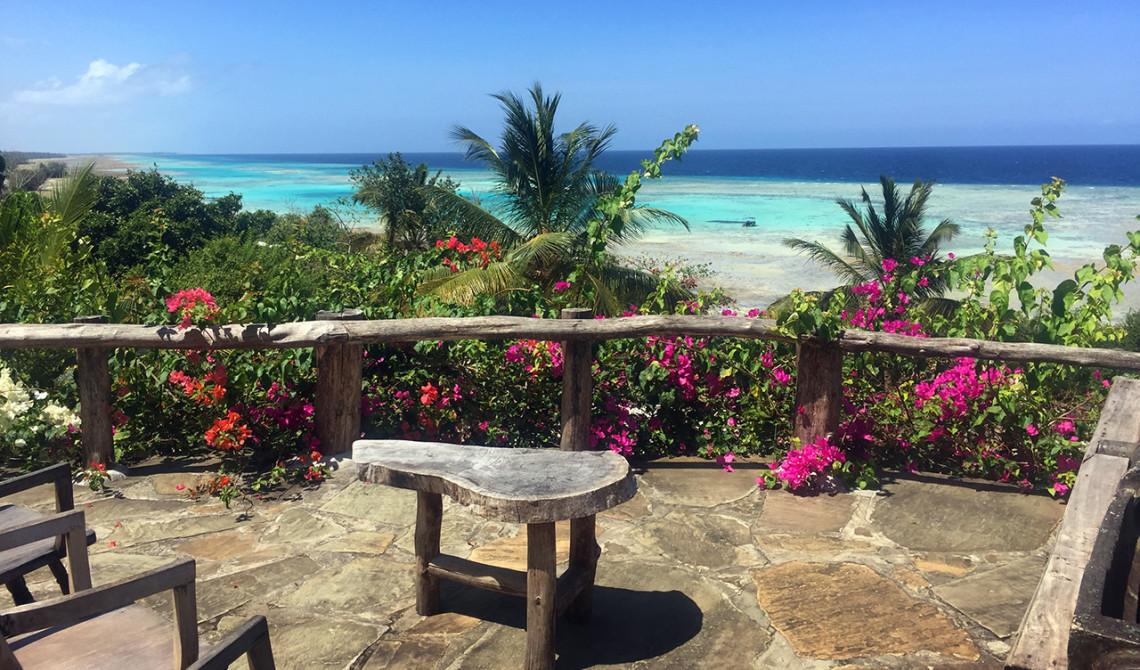 Underbara färger runt om en vid serveringen på Manta Resort