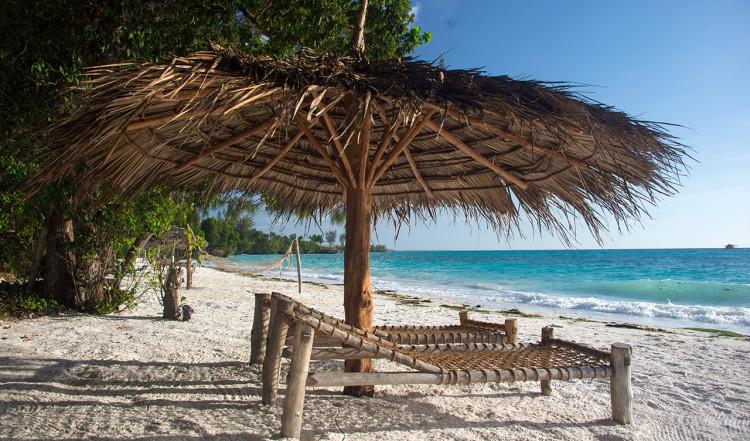 Solstolar på Panga ya Watoro strand vid Manta Resort