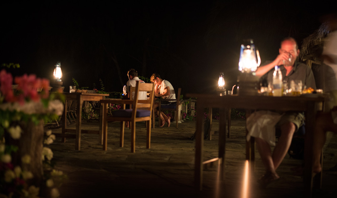 Under kvällen på Manta Resort serveras middagen vid serveringen under en stjärnklar himmel