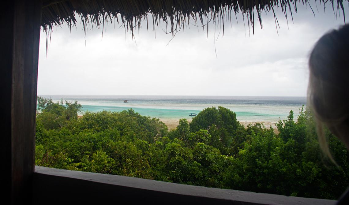 Vi håller oss inne på balkonen under tiden regnet öser ner