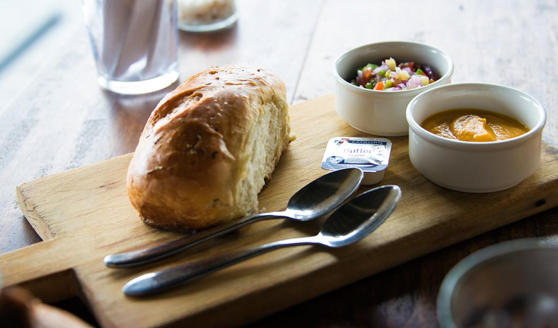 Före lunchen blir vi serverade bröd med olika salsor