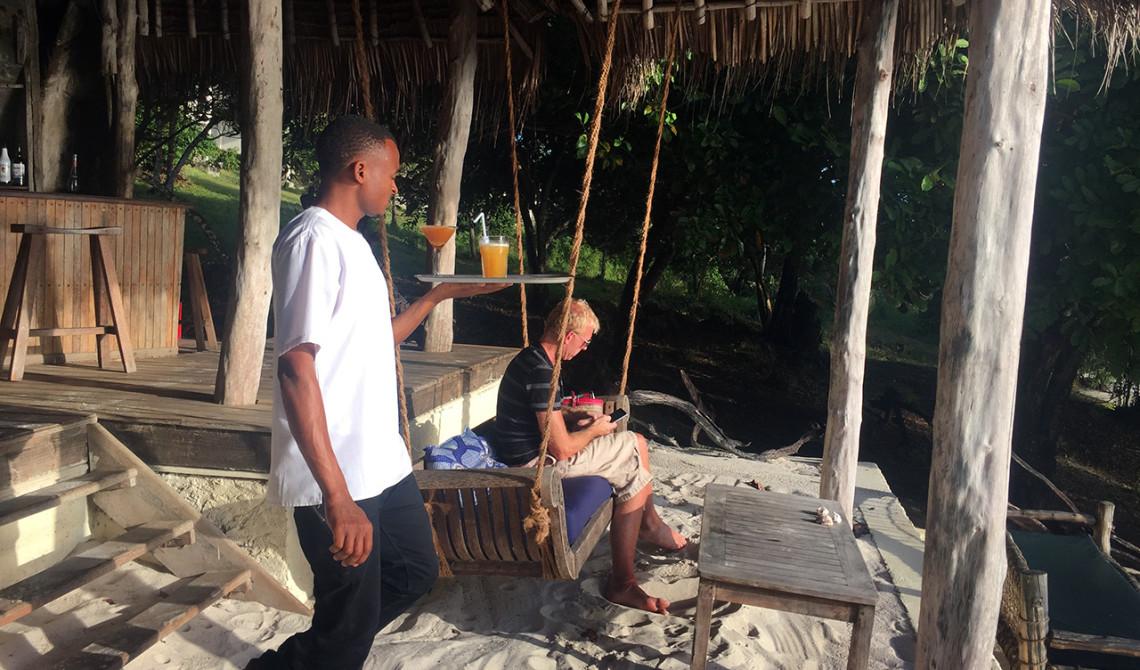 Drinkar på väg på Manta Resorts strandbar