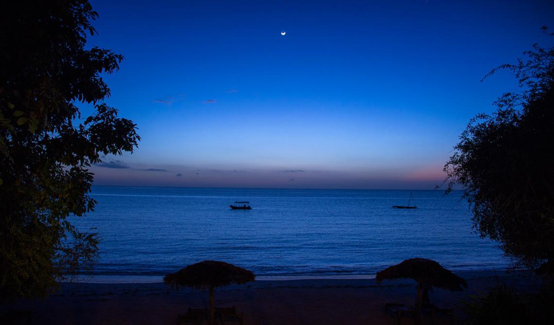 Solen har lagt sig över Manta Resort och ön Pemba i Tanzania