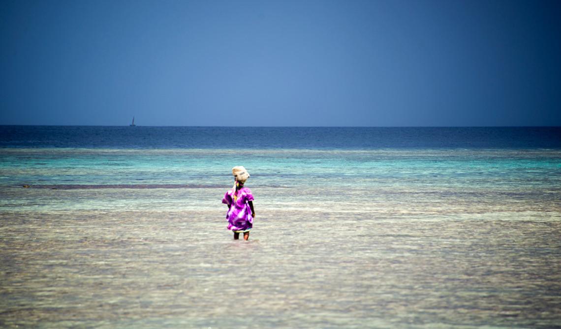 Kvinna på väg ut i havet