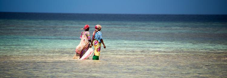 Kvinnor på väg ut i vattnet vid Panga Ya Watoro