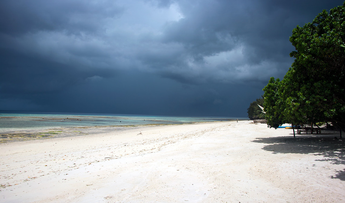 Dramatisk himmel ovanför Panga Ya Watoro strand