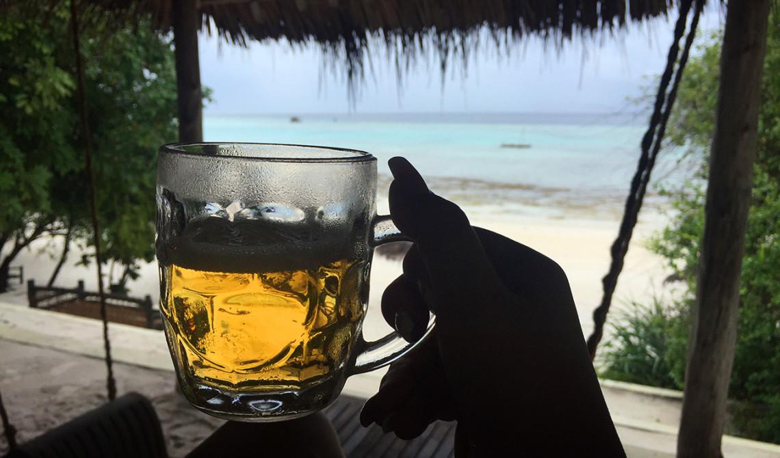 En kall öl på strandbaren på Manta Resort på Pemba