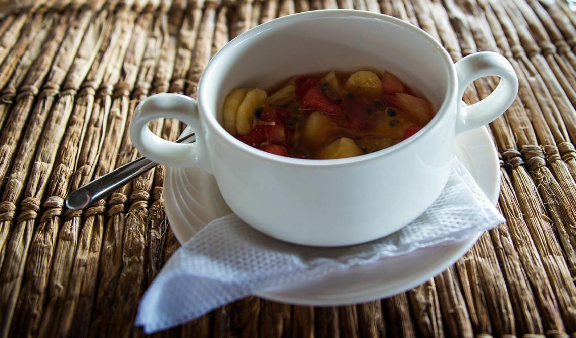 Fruktsallad till dessert efter lunch på Manta Resort