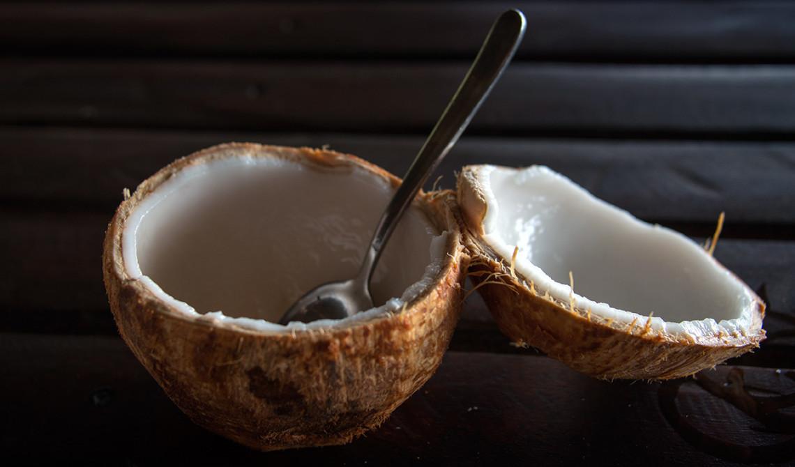 Efter att ha druckit ur kokosnöten får vi köttet i kokosnöten