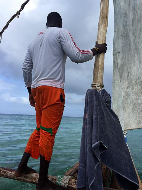 Ali står längst fram på Ngalawa båten