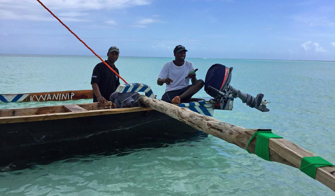 På väg in i Ngalawa båten